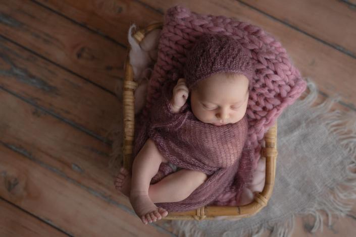 ...dass ich ein Neugebornen Fotoshooting bei den Kunden zu Hause fotografieren musste. Als Babyfotografin bin ich es gewohnt in meinem Fotostudio bei konstantem Licht zu arbeiten, deswegen war die Rolle als mobile Neugebornen Fotografin neu für mich.