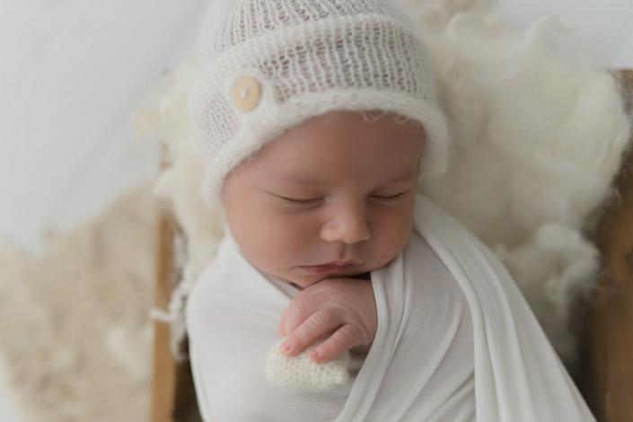 Aus dem Bauch, mitten ins Herz. Mit viel Geduld gebe ich dir und deinem Baby die nötige Zeit um authentische Neugeborenenfotos zu erstellen.