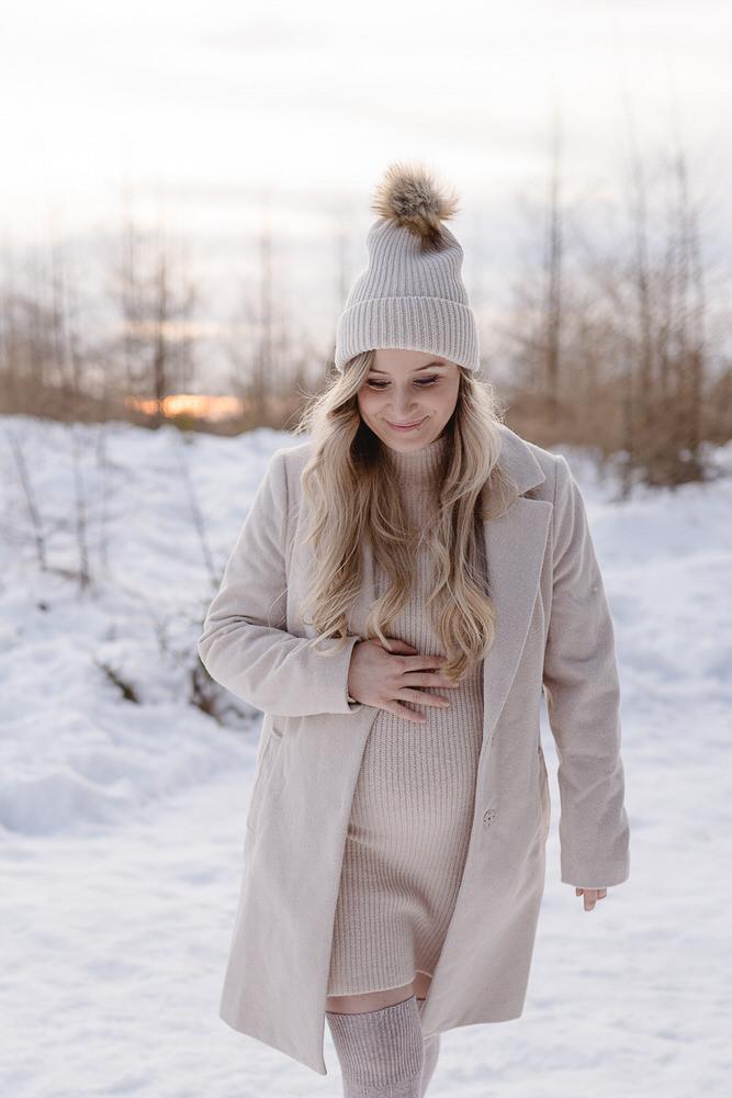 Babybauchbilder im Schnee, Steirische Fotografin die Outdoorbilder macht, Babybauchfotoshooting im Freien, Schwangerschaftsbilder