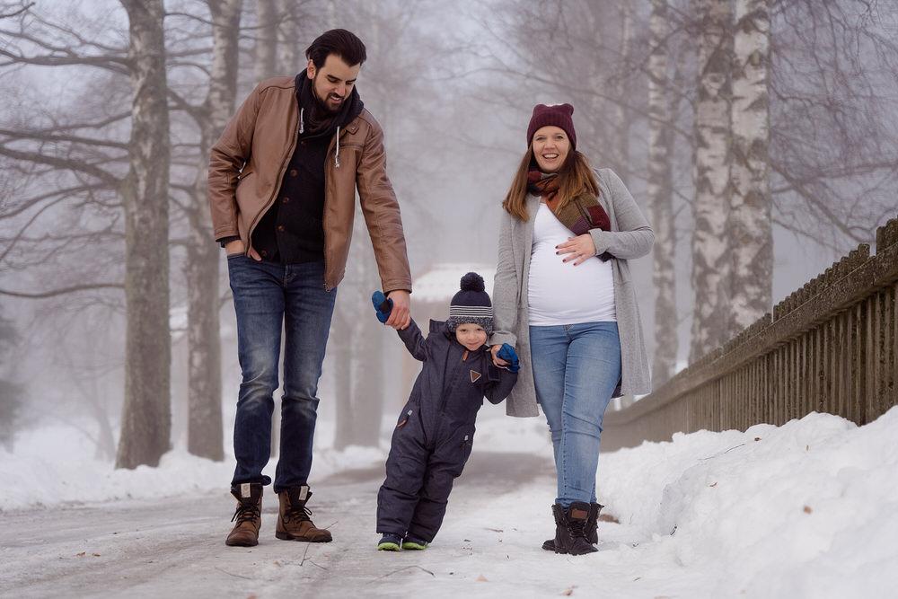 Outdoor Babybauch im Winter: Dieses Mal zeige ich euch ein paar Familienfotos im Schnee | lustiges Schlittenfahren und im Fokus der Babybauch