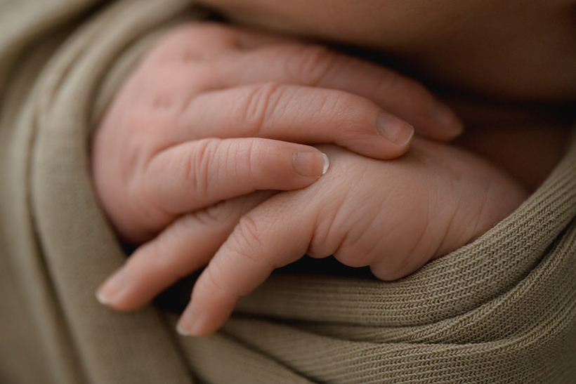 Hände von Baby bei Babyfotoshooting